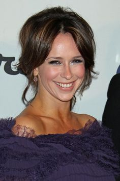 Jennifer Love Hewitts wavy, brunette hairstyle