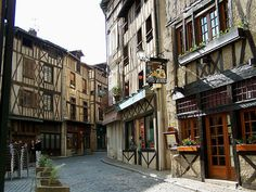 Limoges, rue de La Boucherie. I want to go shopping here.