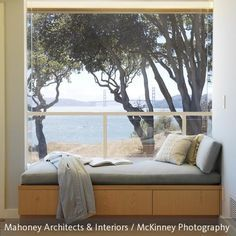 Die große Fensterwand lässt viel natürliches Licht ins Zimmer und macht das Tagesbett zum perfekten Ort, sich mit einem Buch zu entspannen.
