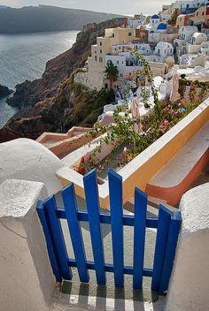 Cliffside walkway gate in Oia, Santorini Island, Greece (by Marcus Frank).