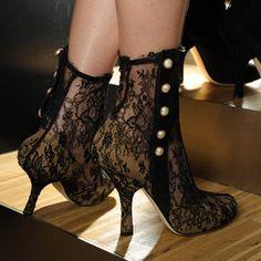 Dolce & Gabbana  Aliar rendas a saptos de salto alto: perfeito! Uma sugestão para book de mulher. http://Imagias.net