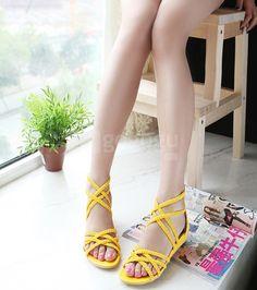 Zomer van 2011, met lage niveaus van nieuwe hand-gebreide gele sandalen