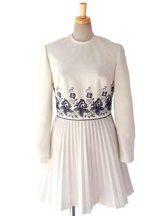 ヨーロッパ古着 ロンドン買い付け 60年代製 ホワイト X ブラックパイピング・刺繍 アンブレラプリーツワンピース 16OM230