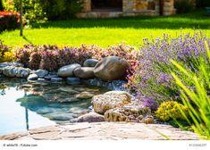 Frühjahr im Garten - Jetzt heißt es Ärmel hochkrempeln und fleißig sein - Harken, schneiden, aussähen. Die To-Do Liste für den Garten ist im April besonders lang. Jetzt erwacht alles aus dem Winterschlaf und es gibt jede Menge zu tun. Pflege für den Rasen Jetzt ist es höchste Zeit, den Rasen von trockenen Blättern und Moosen zu befreien. Die Gräser brauchen Luft zum At - #GartenZubehör #Männermagazin #derneuemann