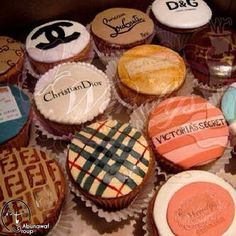 What greater sweets than cupcakes decorated with top fashion brands. Even dessert is fashionable! Love these cupcakes perhaps I can take some to my office once I have completed my education at FIDM. Cupcakes Chanel, Fancy Cupcakes, Birthday Cupcakes, Art Cupcakes, Amazing Cupcakes, Themed Cupcakes, Tiffany Cupcakes, Bridal Cupcakes, Cupcakes Design
