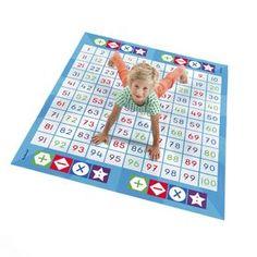 Rekenen met je handen en voeten, dat kan je met de Cijferspelmat doen! Het lijkt een beetje op het spel Twister, maar is toch anders. Lees gauw verder hoe! Arithmetic, Math Activities, Fun Learning, Robot, Presents, Bee, Kids Rugs, Teaching, School