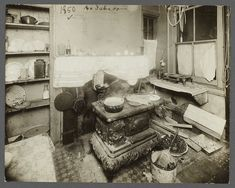 A sub-standard kitchen within a residential tenement, Located on the Lower East Side of Manhattan. Photographer: Jessie Tarbox Beals, Beals was the first published female photojournalist in America. Photos Du, Old Photos, Iconic Photos, Antique Stove, Dust Bowl, Vintage New York, Vintage Farm, Vintage Stuff, Vintage Interiors
