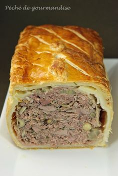 Pie in crust: puff pastry, duck aiguillettes, duck meat like fillet, veal meat (shoulder), smoked bacon. Pureed Food Recipes, Meat Recipes, Cooking Recipes, Pate En Croute Recipe, Cuisine Diverse, Quiches, Foie Gras, Smoked Bacon, French Food