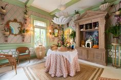 Palm Beach decorating isn't just for those that live by the beach! West Palm Beach designer Amanda Lindroth, shares her tips for bringing the look home. Beach House Tour, Beach House Decor, Home Decor, Kips Bay Showhouse, Orchid House, Tropical Interior, Florida Style, Chic Living Room, Resort Style