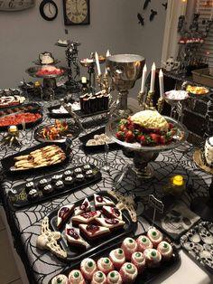 Casa Halloween, Halloween Party Snacks, Halloween Dinner, Halloween Desserts, Halloween Party Decor, Halloween 2020, Halloween Party Ideas For Adults, Halloween Finger Foods, Halloween Birthday