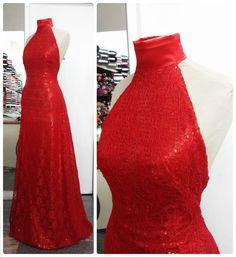 Uma mulher, quando chega em uma festa de vermelho, é como se fosse um soldado chegando em um campo de guerra. Todos os olhares se viram para ele. #vestido #dress #red #vermelho