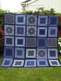 More bandanas. Blue this time ! Bandana Quilt, Bandana Blanket, Rag Quilt, Quilt Top, Patchwork Quilting, Patch Quilt, Quilt Blocks, Quilting Projects, Sewing Projects