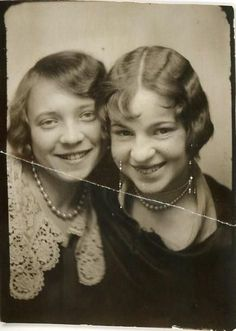 vintage everyday: Short Curly Hair – The Popular Fashion Hairstyle of Girls in the Album Photo Vintage, Vintage Photo Booths, Antique Photos, Vintage Photographs, Vintage Images, Vintage Pictures, Time Pictures, Old Pictures, Old Photos