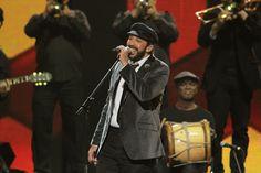 Juan Luis Guerra actuando en la entrega de los Premios Lo Nuestro en Miami #cantantes #famosos