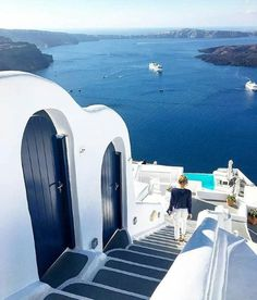 White and blues Santorini Greece. Photo by Mykonos, Santorini Grecia, Santorini Island, Paris Hotels, Beautiful Places To Visit, Travel Abroad, Greece Travel, Greek Islands, Luxury Travel