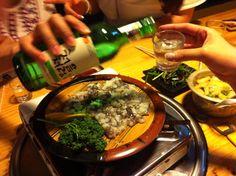 오랜만에 서울에서 친구가 내려와  몇명이 모였어요^^  친구가 하는 조개집에 갔는데 산낙지 먹고있네요,,ㅎㅎ   처음처럼 주고 받으며 즐거운 수다삼매경,,