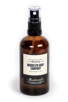 Ehe man dasBrooklyn Soap Company Deodorant benutzen kann, muss man es gut schütteln, damit der reine Alkohol sich mit den Duftessenzen in der Flasche gut vermischt. Mit seinemmännlich frischen D...