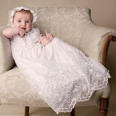 Enxoval Do Bebê nos EUA - Dallas, Las Vegas e Los Angeles: Roupa para o Batizado do Bebê Para quem não sabe, mandrião é uma roupa de batismo muito tradicional. É como uma longa túnica, podendo ser simples, de seda, bordada ou em renda.