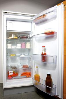 Ein gut aufgeräumter offener Kühlschrank