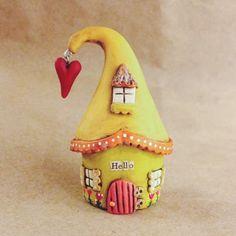 Невероятно люблю миниатюрные домики и сегодня я решила поделиться недавней находкой. Jessica Jane – мастерица из Огайо, в настоящее время живет в Южной Калифорнии. Сама она говорит о себе, что находит радость в мелочах, поэтому большинство ее творений очень малы!
