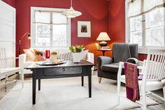 Olohuoneen pöydät ovat huutokauppalöytöjä. Ne on kunnostettu itse ja käsitelty Uulan perinnemaaleilla. Pinnatuolit ovat Jarmon perintötuoleja. HT Collectionin nojatuoli on saatu häälahjaksi. Ikean sohvassa on pestävä irtopäällinen. Muhkea pöytävalaisin on huutokauppalöytö. Matto on Ikeasta. Punaiset tyynyn-päälliset on ommeltu itse Sandbergin kankaasta. Kattovalaisin on Belidin ja tapetti Sandbergin.