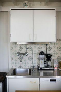 Cement tiles in a kitchen backsplash / Keittiön välitilassa sementtilaattaa, mallikuvio Hollantilainen  Kouttu: elokuu 2013