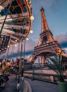 Your free Paris travel guide 4 days in Paris - Eiffel Tower nearby . - Your free Paris travel guide 4 days in Paris – Eiffel Tower nearby … the - City Aesthetic, Travel Aesthetic, Aesthetic Photo, Paris Pictures, Travel Pictures, Work Pictures, Night Pictures, Paris Photos, Vacation Pictures
