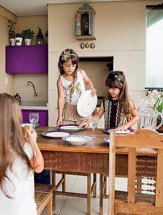 A família trocou uma casa grande em Minas Gerais por um apartamento em São Paulo. Mas as trigêmeas Luisa, Marina e Rebeca, de 6 anos, têm espaço para brincar na varanda
