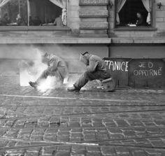 Svářeči spravují koleje (1995) • Praha, leden 1963 • | černobílá fotografie, Národní třída, Kavárna Slavia, dlažba |•|black and white photograph, Prague|