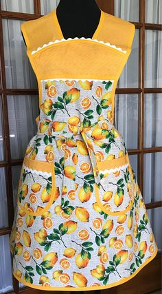 This sweet retro 1940 style apron will flatter most body types. The refreshing lemon print gives a modern flair to a vintage style. This lemon apron is a cute retro old fashioned style apron that is made with contrasting fabric and rick rack trim. The 2 lined pockets perfect for