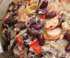 Výborné jídlo, které se dá jíst horké i studené, samostatně i jako příloha. Řecké fazole Bean Recipes, Lentils, Fruit Salad, Sprouts, Beans, Vegetables, Food, Diet, Recipe