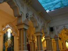 #magiaswiat #podróż #zwiedzanie #vrindavan #blog #azja #zabytki #swiatynia #indie #miasto #aszram #ganges #iscon #krishna Mandir, Krishna, Blog, Painting, Painting Art, Blogging, Paintings, Painted Canvas, Drawings