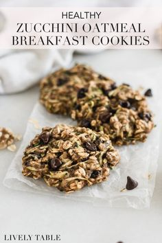 Healthy zucchini oatmeal breakfast cookies with chocolate chips and walnuts are low in sugar and full of nutritious ingredients that make them a delicious make-ahead, grab-and-go breakfast or snack for moms, kids, and toddlers! (#glutenfree and #vegan options) #zucchinirecipes #breakfastcookies #oatmealbreakfastcookies #zucchinibreakfastcookies #chocolatechipzucchinicookies #healthyzucchinicookies #healthybreakfastrecipes #makeaheadbreakfast #healthymealprep #mealprepbreakfast #bobsredmill Healthy Vegetarian Breakfast, Clean Eating Breakfast, Make Ahead Breakfast, Healthy Meal Prep, Healthy Baking, Healthy Snacks, Healthy Recipes, Oatmeal Breakfast Cookies, Breakfast Bowls