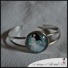 Bracelet métal avec illustration romantique dans les tons bleu et blanc : Bracelet par fabriquedidiandco