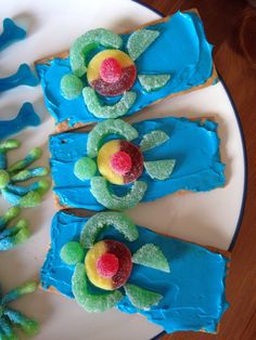 Squirt's Ride on the EAC - graham crackers covered in frosting with a candy turtle (peach ring, fruit slice and spice drops) - Finding Nemo Movie Night - Disney Movie Night - Family Movie Night