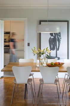 Designed by Jasper Morrison, Smithfield is an sleek, industrial pendant lamp that gently looms from above to brighten dining tables, kitchen counters, and spaces in-between. Providing direct light through its aluminum body, it is well suited for a variety of environments.   Photo by Leicht Seattle.  #flos #floslighting #lightingdesign #italiandesign #interiordesign #designinspiration #interiorinspiration #modernlighting #contemporarylighting #pendantlight #kitchenlighting #kitchendesignideas Black Ceiling, Ceiling Rose, Ceiling Pendant, Pendant Lamp, Suspension Cable, Modern Kitchen Lighting, Modern Pendant Light, Light Architecture, Home Decor Inspiration