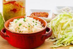 El chucrut es un alimento fermentado milenario con abundantes beneficios para la salud hecho con repollo. Ayuda en la pérdida de peso e inflamación.