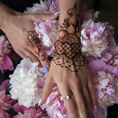 Привет любимые, хочу от вас лайк ❤️! Пока вы хандрите в ритме дождя, другие носят на себе мое волшебство (я безусловно скромна)! Потрясный браслет для моей любимой По @goricheva_polina .Йогиня, астролог и просто красавица (между прочим не замужем). Спасибо тебе дорогая, ты спасла меня от взрыва всепожирающего творческого потенциала.❤️ ______________________________ ✅Открыта запись с понедельника. Стоимость росписи от 800р (кисть+запястье), средняя стоимость обеих ру...