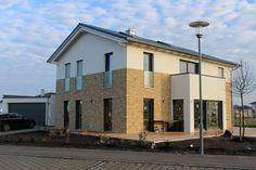 Moderne fenster fassade  Einfamilienhaus Holzhaus Satteldach Haus-anbau mit Flachdach ...