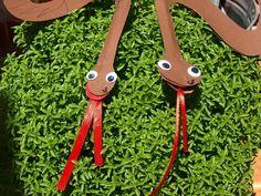 καρυδότσουφλο : Φτιάξαμε φίδια που όταν τα φυσάμε κουνιέται η γλώσ...