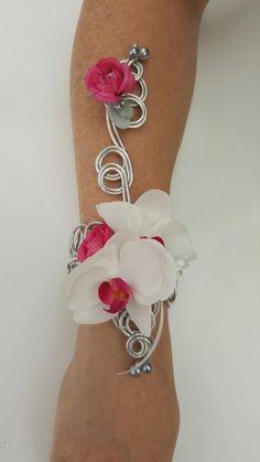 zijden polscorsage met orchidee en fuchsia roosjes. #wedding #weddingflowers #bruid #armcorsage #brides #bruiloft #bridesmades # polscorsage #bruidsbloemen
