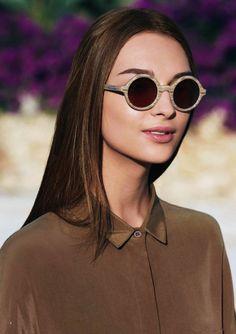 Un vent de vintage souffle sur la campagne printemps-été 2013 de la ligne eyewear Emporio Armani.