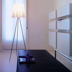 A retrouver à -5O% sur notre site : Le luminaire Rosy Angel par Philippe Starck pour FLOS, doté d'un abat-jour en tissu particulier abritant un secret lumineux, à l'éclairage ambiant indirect et généreux.