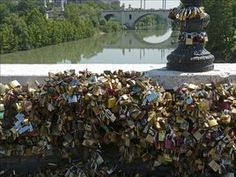 """Venecia lanza la campaña """"Libera tu amor"""" para acabar con la moda de los candados"""