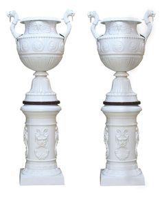 Höhe: 195 cm. Breite: ca. 75 cm. Durchmesser Sockel: ca. 48 cm. Frankreich/ Paris. Gusseisen, weiß gefasst und rote Granitplatte. (10701121) (12)