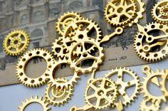 【ゴールド*歯車*アソートセット*ギア 時計*スチームパンク*副資材*パーツ*チャーム】ゴールドカラーの、時計の針や歯車のパーツのデザインのメタルアクセントです。 色々15個セットにしました。
