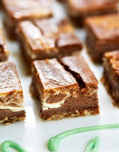 Suklainen juustopiiras Banana Bread, Deserts, Baking, Party, Random, Caramel, Chocolate, Delicious Dishes, Finger Food