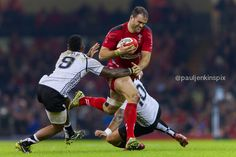 Jamie Roberts takes out two Fijian tacklers.