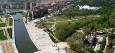 The city of Madrid dug 43 kilometres of tunnels into which the exit routes and motorways of the six-kilometre section along the River Manzanares disappeared. Plataforma del Rey and Huerta de la Partida. By West 8.