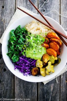 ROASTED VEGGIE BOWL Roasted or raw, any veggie can go into this mean green bowl. (Might we suggest a Greek yogurt, lemon juice and cilantro dressing on top?) 13 Healthy Buddha Bowl Meals Anyone Can Make via Real Food Recipes, Vegetarian Recipes, Healthy Recipes, Dip Recipes, Chicken Recipes, Veggie Buddha Bowl, Plats Healthy, Roh Vegan, Clean Eating